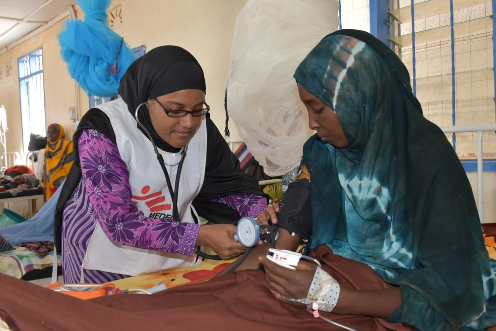 Nurse Salma attends to a patient in the maternity ward of MSF's hospital in Dagahaley camp, Dadaab. [© Mohamed Ali/MSF ]