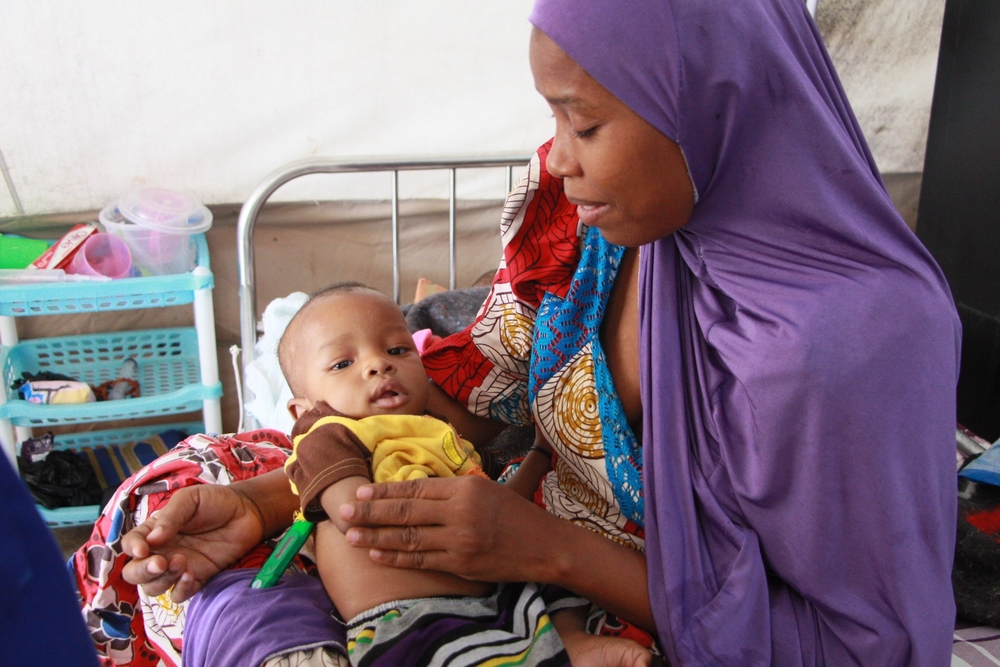 Algoni and his mother Hauwa Mohammed at the MSF Fori ITFC where's getting treatment  [ © Yuna Cho/MSF]