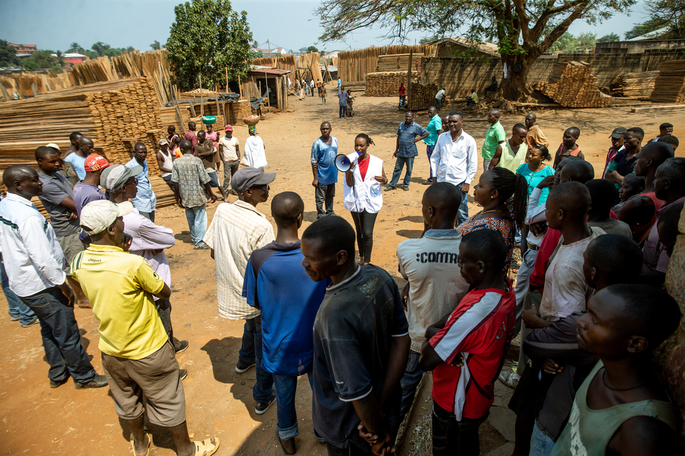 Nicole Niyoyankunze, an MSF health promotion worker, raises awareness among carpenters in the Bwiza district, Bujumbura. [ Evrard Ngendakumana ]