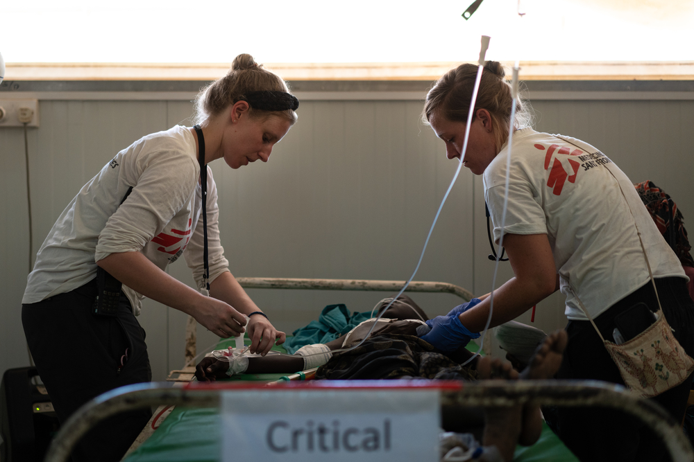 Suzanne & Mariel assess condition of 10-year-old Nyaduoth in the MSF hospital © Gabriele Casini/MSF