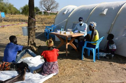 MSF team set-up a mobile clinic in Riang, Jonglei state.