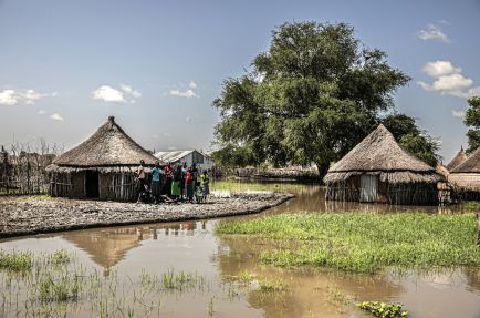 Villagers surrounded by water and stranded in a shrinking area of dry land[Photo: Nicola Flamigni/MSF]