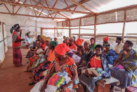 MSF community health educator sensitizing and educating mothers