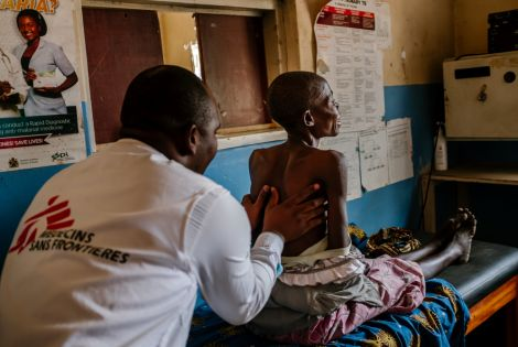 Kingsley Makwale MSF clinician examining Aisha at Mbenje Health Centre [Photo: Isabel Corthier/MSF]