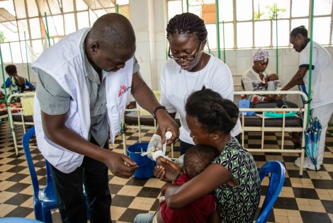 A new patient has just arrived at the Matadi measles treatment center. Dr Ousmane and Thérèse, the nurse supervisor, installs his catheter.[Photo: Solen Mourlon/MSF]