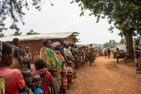 The queue before distribution at the Tse Lowi displacement site. [Photo: MSF/Solen Mourlon]