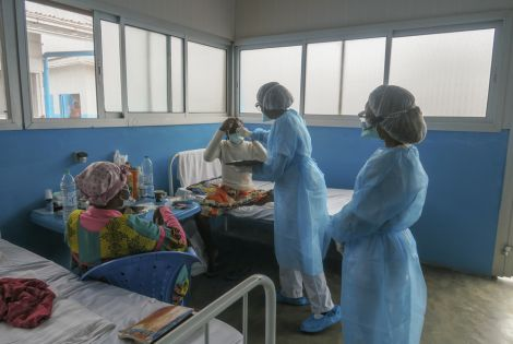 Round of medical staff in the COVID-19 patients ward.